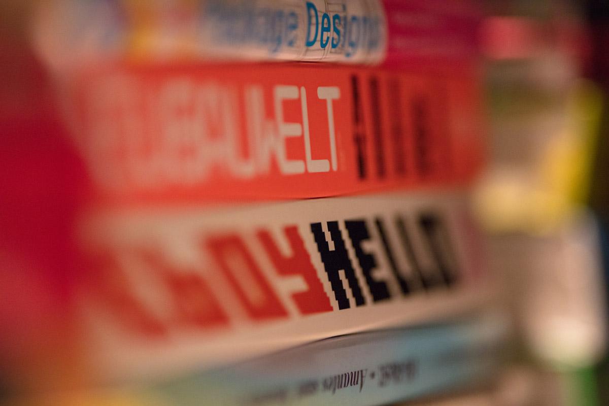 """""""Welt"""" at f/1.8 1/250 ISO2000; se não fossem as letras, mal saberíamos o que está na frente ou atrás."""