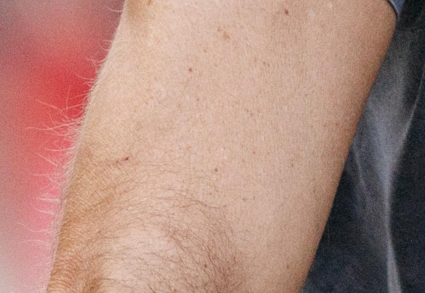 Crop 100%, detalhe na textura do braço do sujeito, muito boa na abertura máxima.