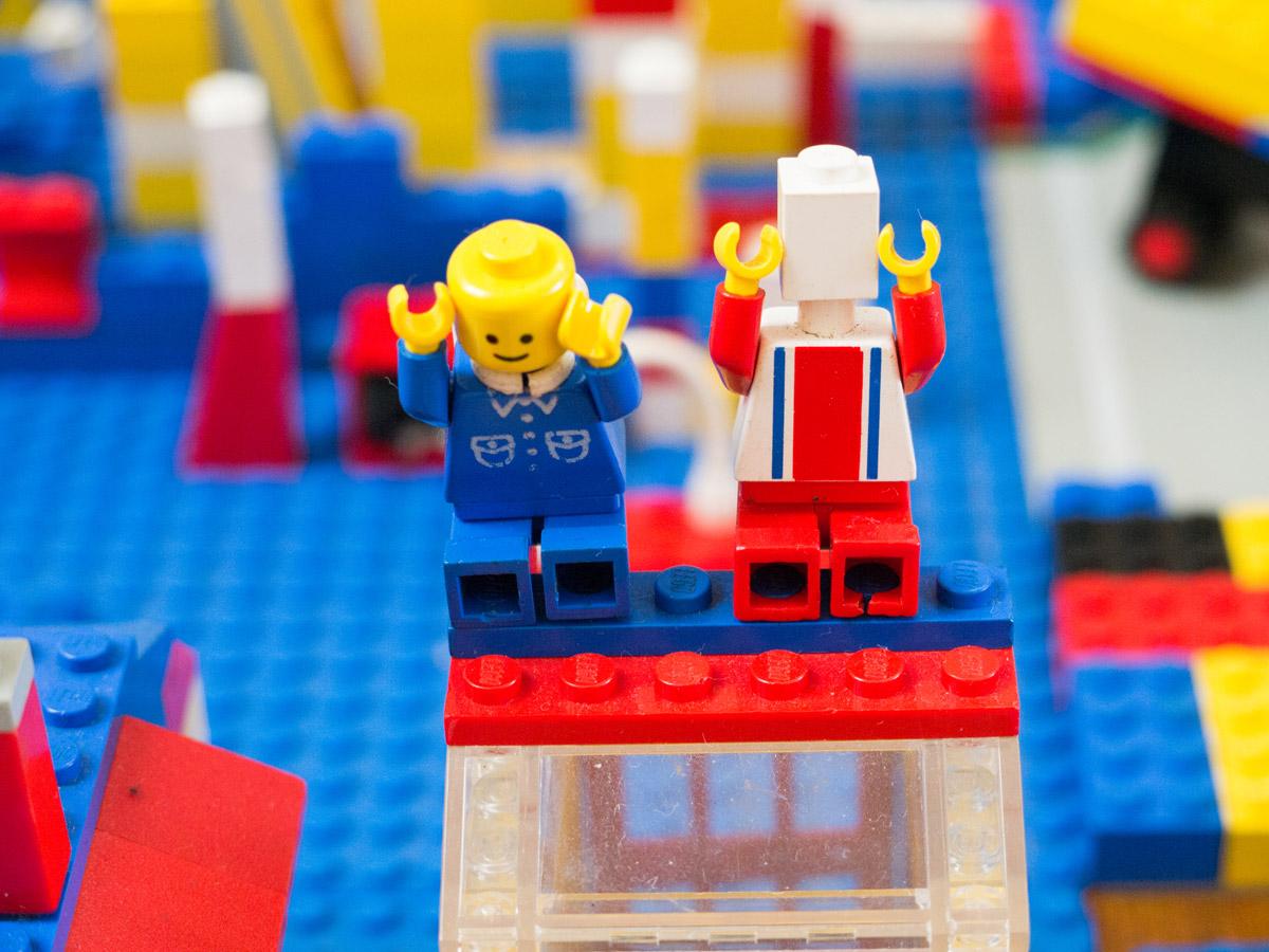 """""""Lego"""" em f/5.6 1/40 ISO400 @ 45mm; nitidez no plano focal e desfoque."""